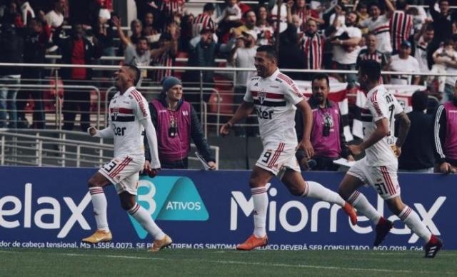 São Paulo derrota o Vasco no Morumbi e assume liderança do ... e5347b97ad952