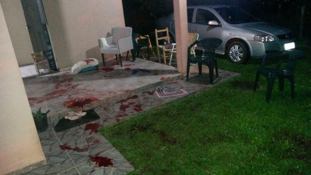 Família e amigos estavam na área de casa em Pinhalzinho quando homem chegou atirando; uma pessoa morreu e quatro foram feridas