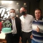 Para celebrar a data, os gerentes da Sicredi compartilharam um bolo com a equipe do Grupo WH Comunicações / Foto: Silvana Ruschel / 103 FM